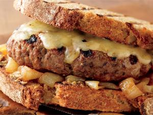 Hamburger met desembrood en witte koolsalade